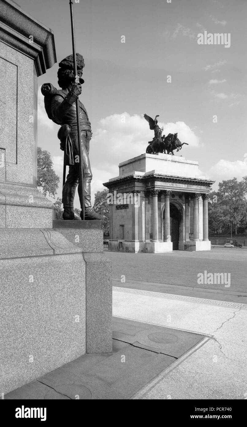 Wellington Arch, Westminster, London, c1945-c1980. General view of Wellington Arch (also known as Constitution Arch or the Green Park Arch) from the Wellington Statue. The arch has been in its present position since 1883, when it was removed from the old site, about 200 feet away. - Stock Image