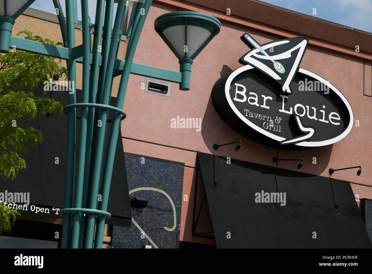 A logo sign outside of a Bar Louie restaurant location in Westminster, Colorado, on July 23, 2018. - Stock Image