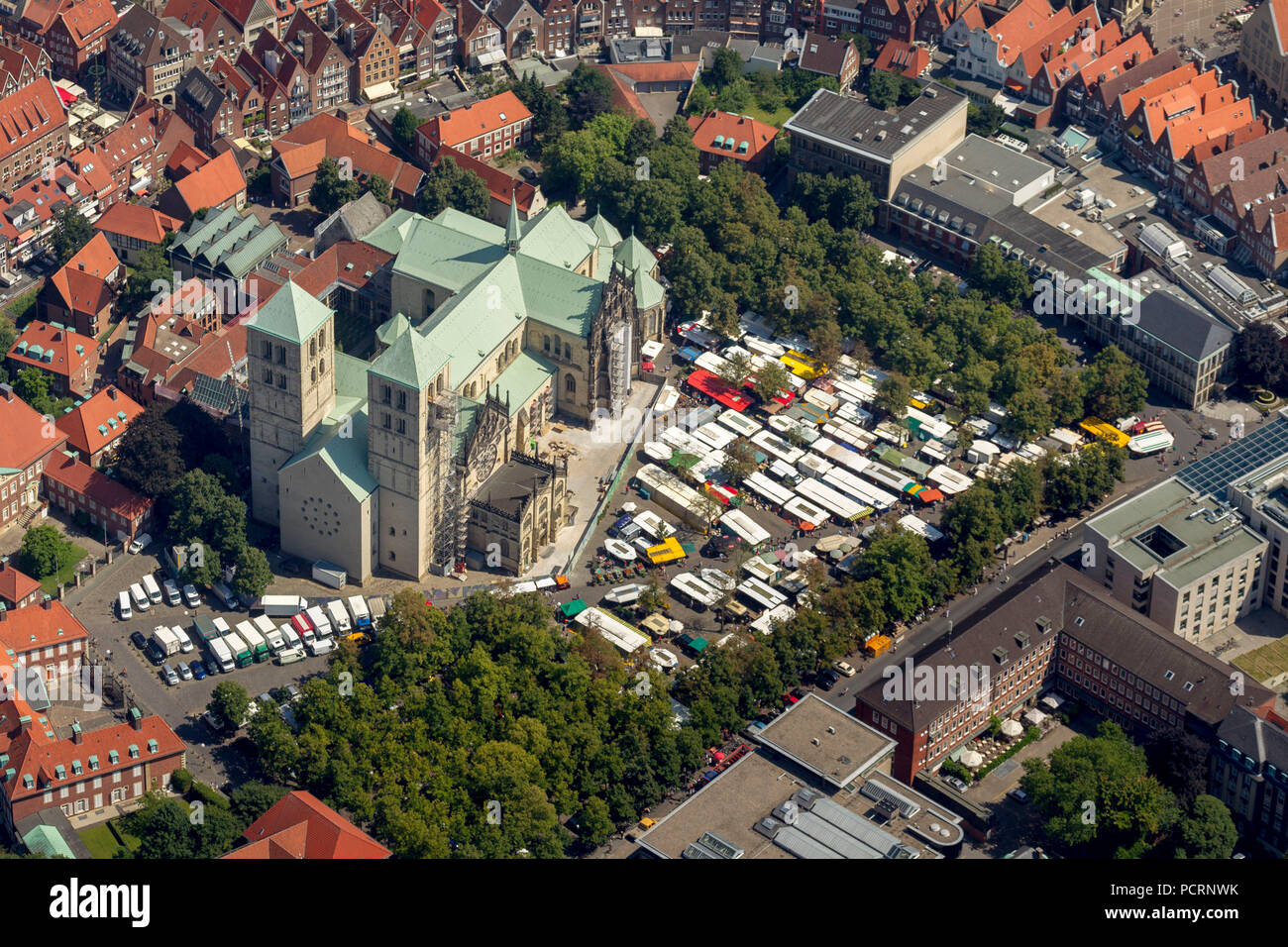Aerial view, Prinzipalmarkt, historical Kaufmannsstraße gable houses continuous arcades, Paulus Cathedral in Münster, with market, market square, Münster, Münsterland, North Rhine-Westphalia, Germany, Europe - Stock Image
