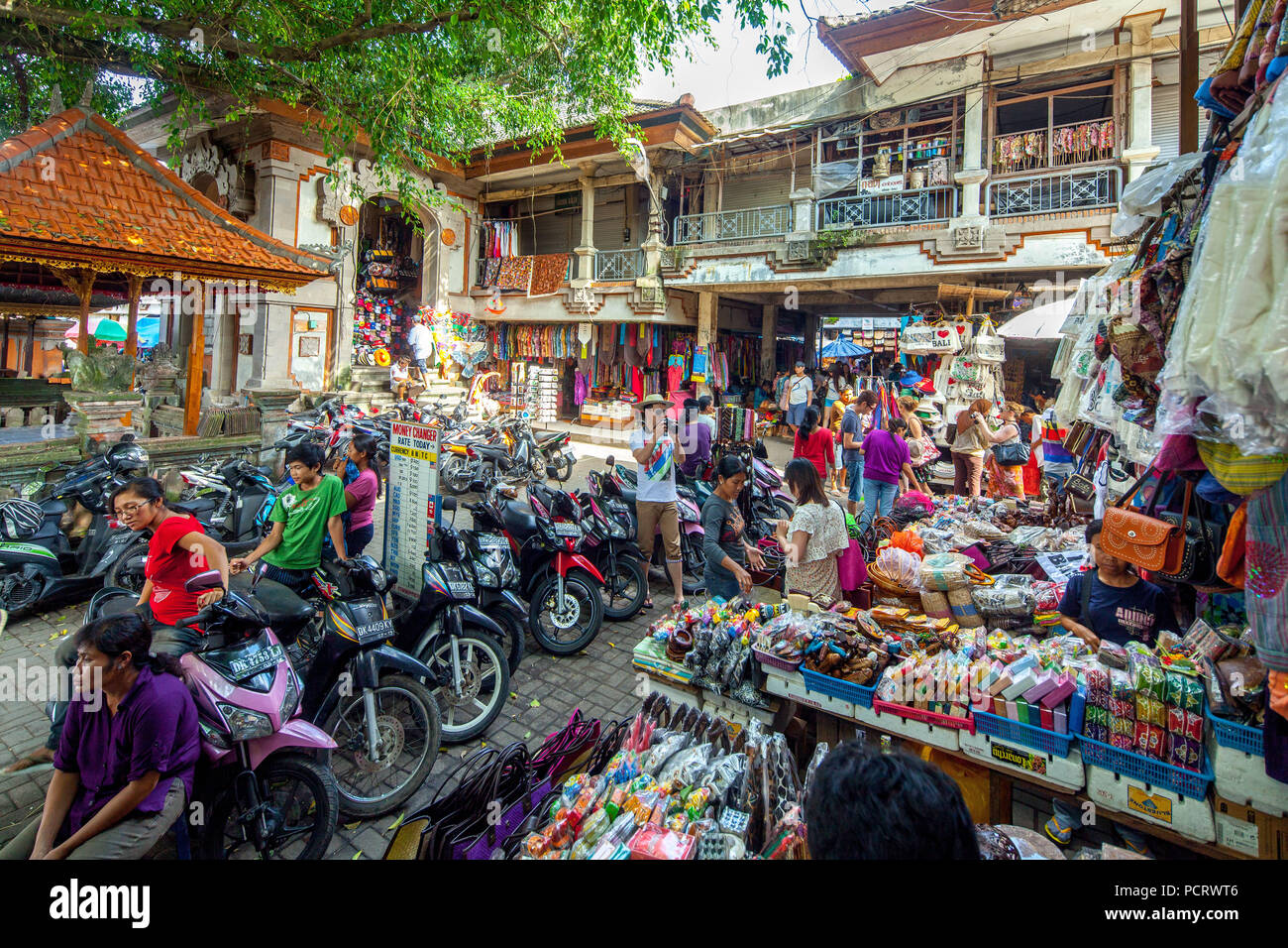 Weekly farmers' market in Ubud with tourists and visitors, market day, street scene, market, Ubud, Bali, Indonesia, Asia - Stock Image