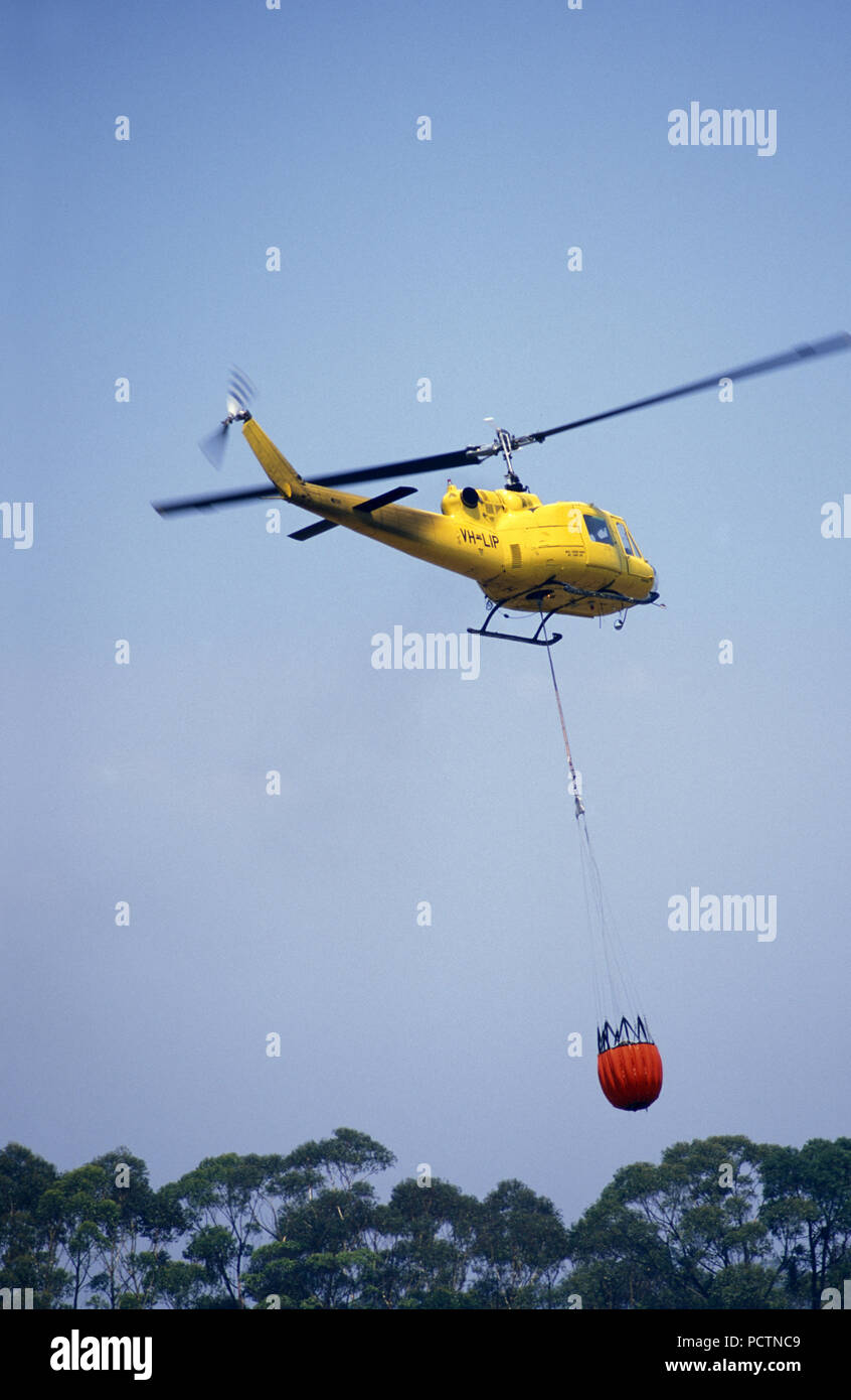 WATER-BOMBING HELICOPTER IN ACTION, SYDNEY BUSH FIRES, DECEMBER 2001, NEW SOUTH WALES, AUSTRALIA - Stock Image