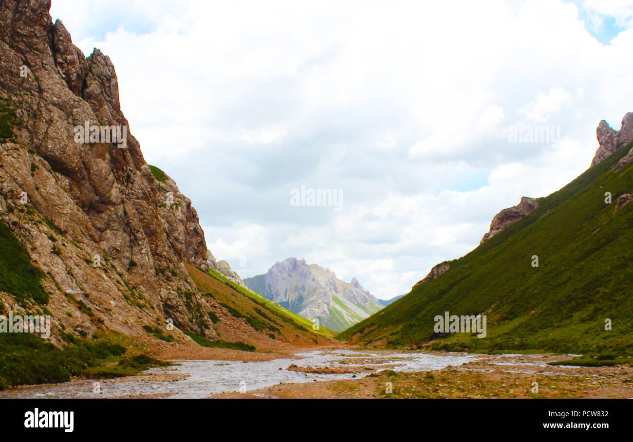 landscape of the Tibetan valley in eastern Tibet - Stock Image