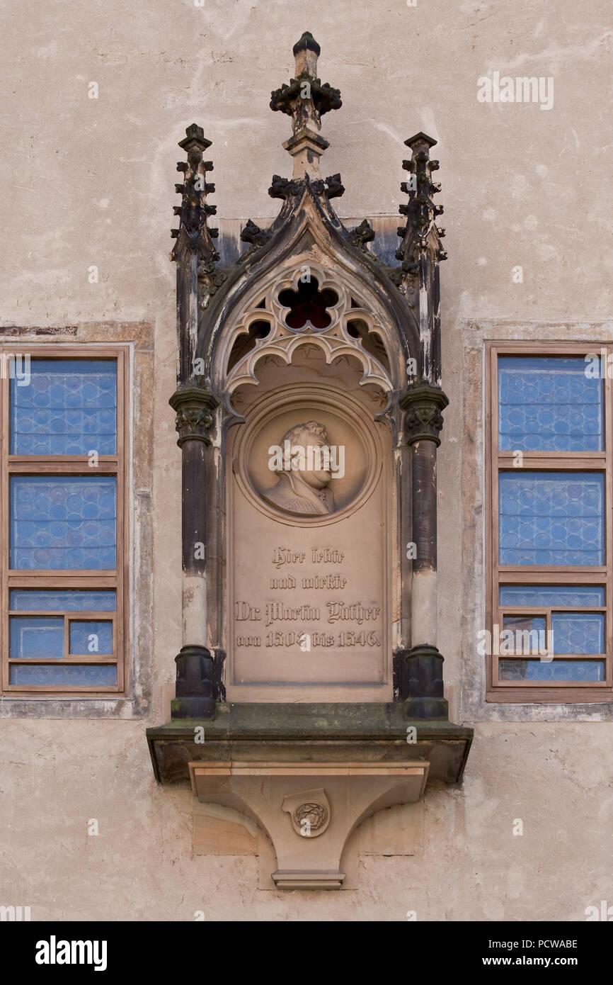 Maßwerkbaldachin außen zwischen den Fenstern der Lutherstube, darin Medaillon mit Porträtrelief Martin Luthers, 1876 von Emil Schober - Stock Image