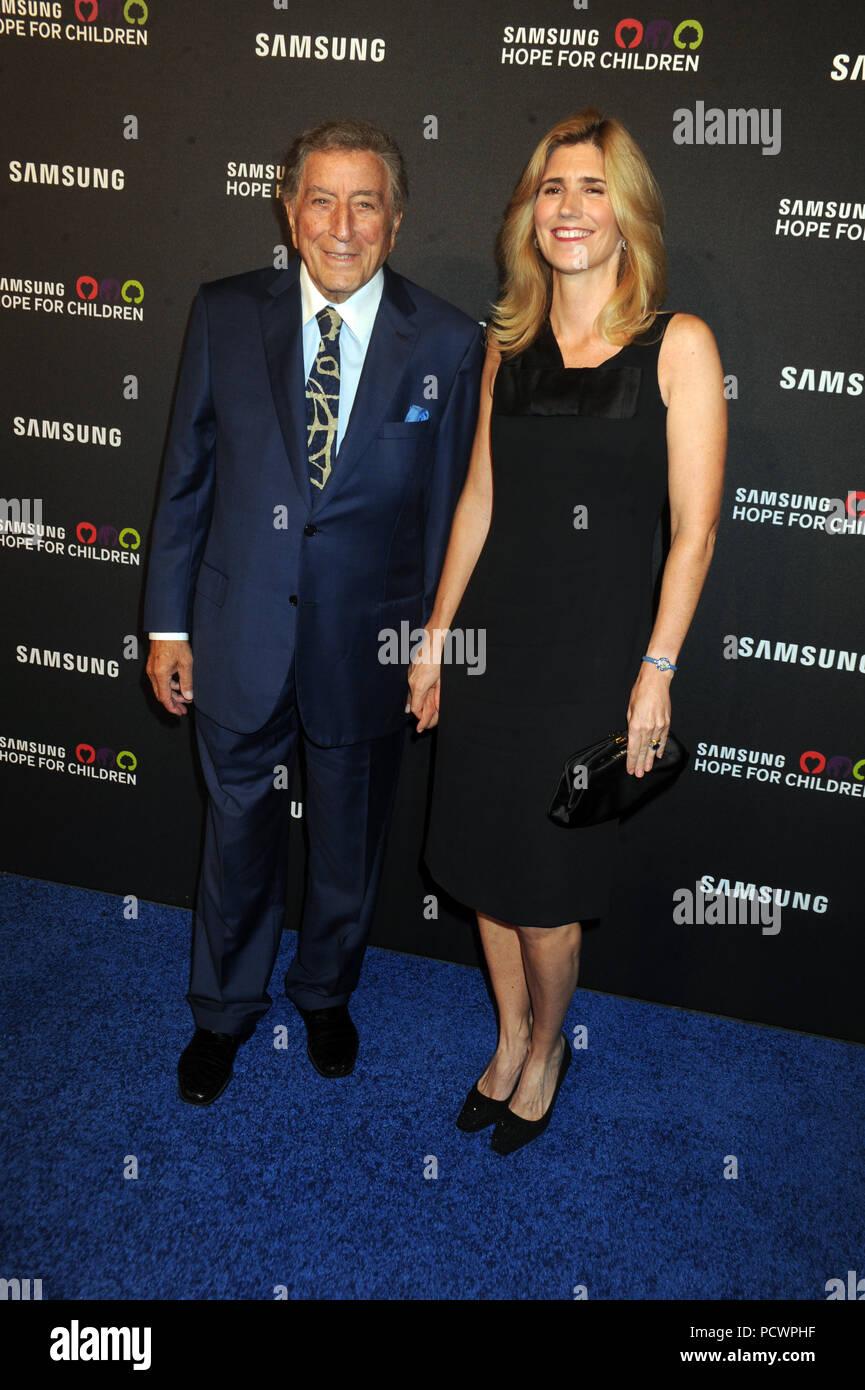 NEW YORK, NY - SEPTEMBER 17: Tony Bennett, Susan Crow attends Samsung Hope For Children Gala 2015 at Hammerstein Ballroom on September 17, 2015 in New York City.  People:  Tony Bennett, Susan Crow - Stock Image