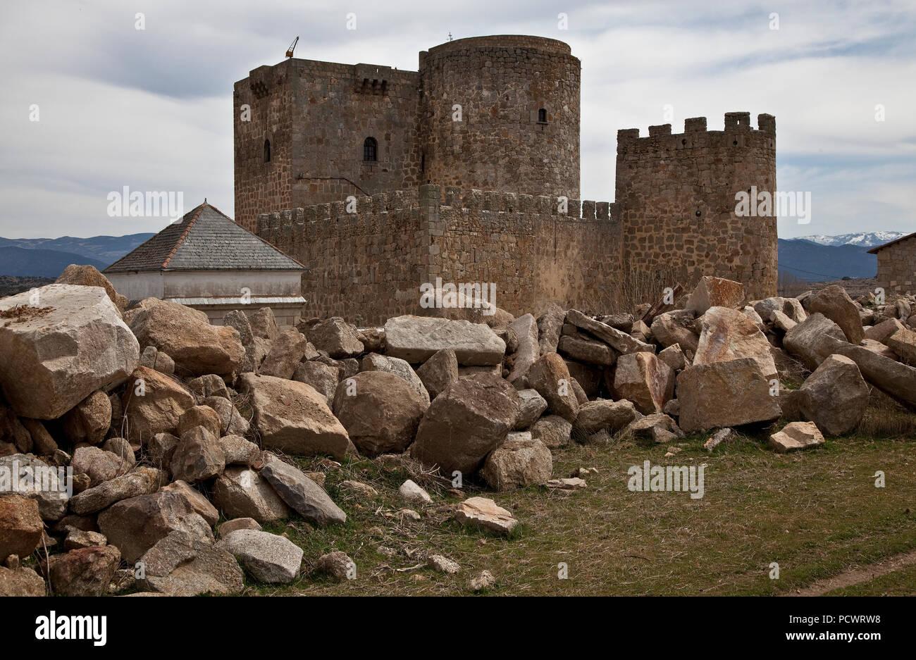 Landseite mit Bergfried und Mauerturm Stock Photo