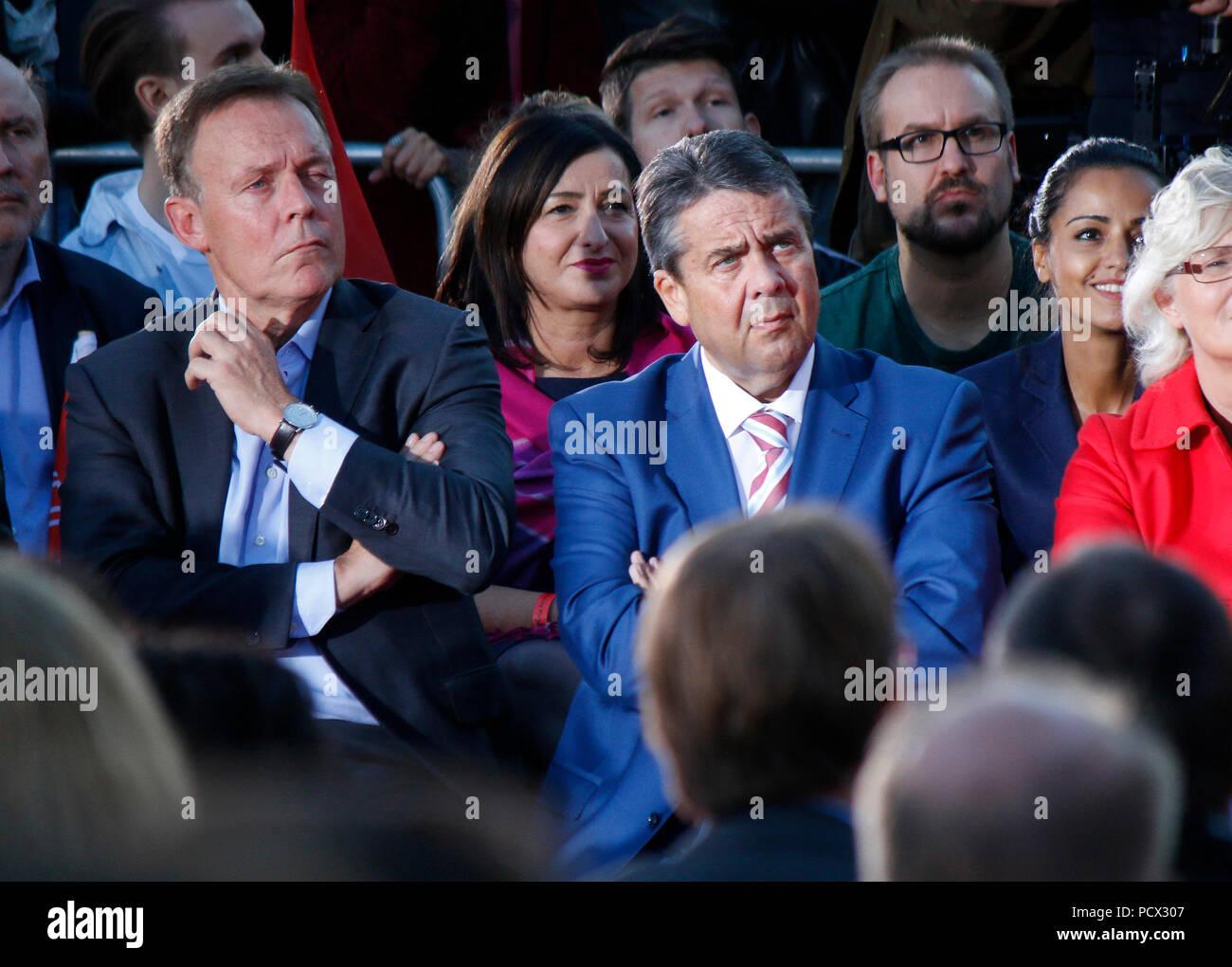 Thomas Oppermann, Sigmar Gabriel u.a. - Wahlkampfauftritt des Kanzlerkandidaten der SPD, Gendarmenmarkt, 12. September 2017, Berlin. - Stock Image