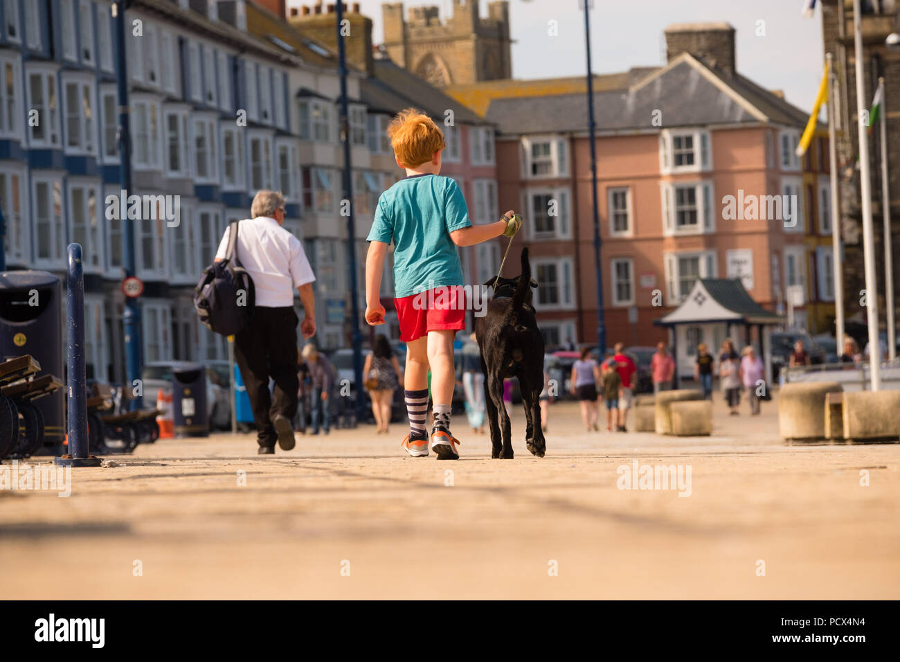 Aberystwyth Wales UK, Saturday 04  August 2018.  UK Weather: People head to the seaside in Aberystwyth on a bright, warm and sunny Saturday morning  The UK wide heatwave continues, with more high temperatures in the south and east of the country. Photo credit: Keith Morris/Alamy Live news Stock Photo