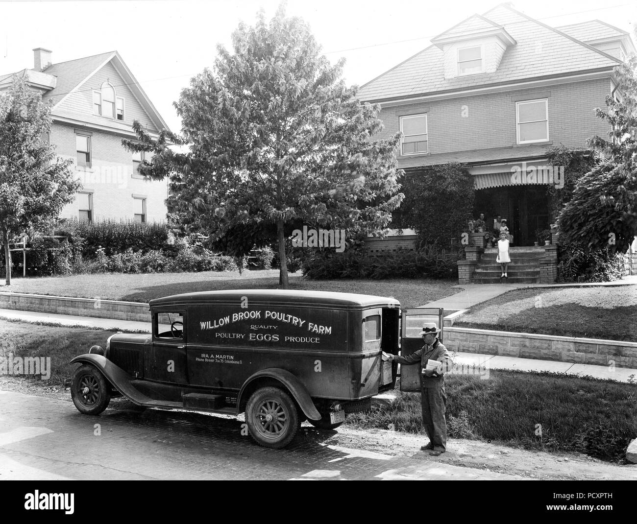 Retailing eggs from truck to home, Mahoning County, Ohio. August 1931 - Stock Image