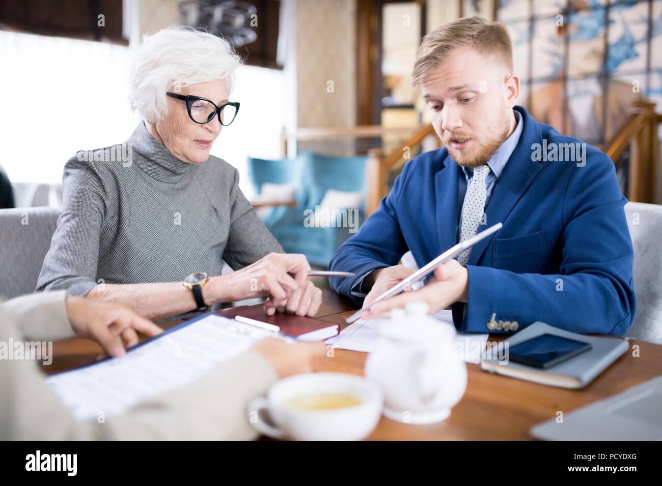 People discussing at a meeting - Stock Image