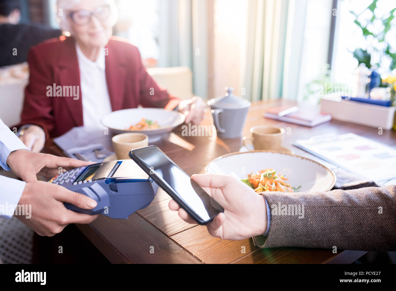 Paying for dinner - Stock Image