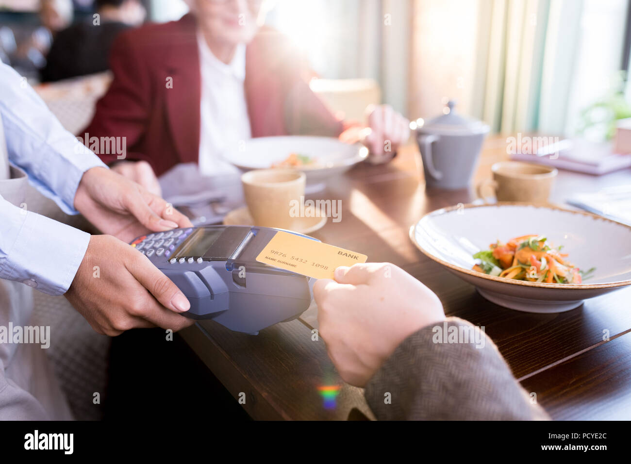 Man paying with credit card - Stock Image