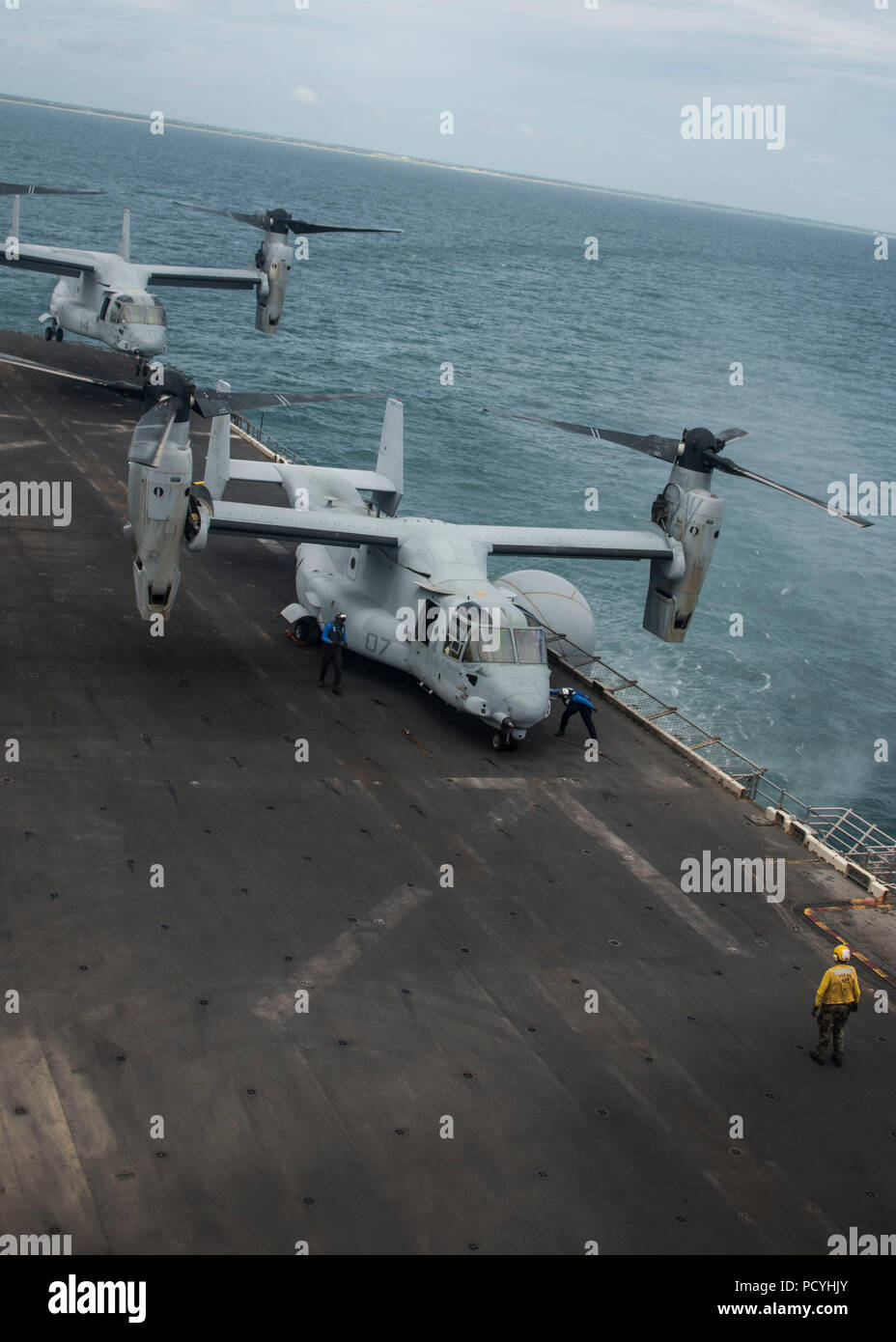 ATLANTIC OCEAN (Aug. 3, 2018) An MV-22B Osprey, attached to Marine Medium Tiltrotor Squadron (VMM) 162 (Reinforced), lands on the flight deck of the Wasp-class amphibious assault ship USS Iwo Jima (LHD 7), Aug. 3, 2018. Iwo Jima is deployed with its amphibious ready group in support of maritime security operations and theatre security cooperation efforts in Europe and the Middle East. (U.S. Navy photo by Mass Communication Specialist 3rd Class Dominick A. Cremeans/Released) Stock Photo