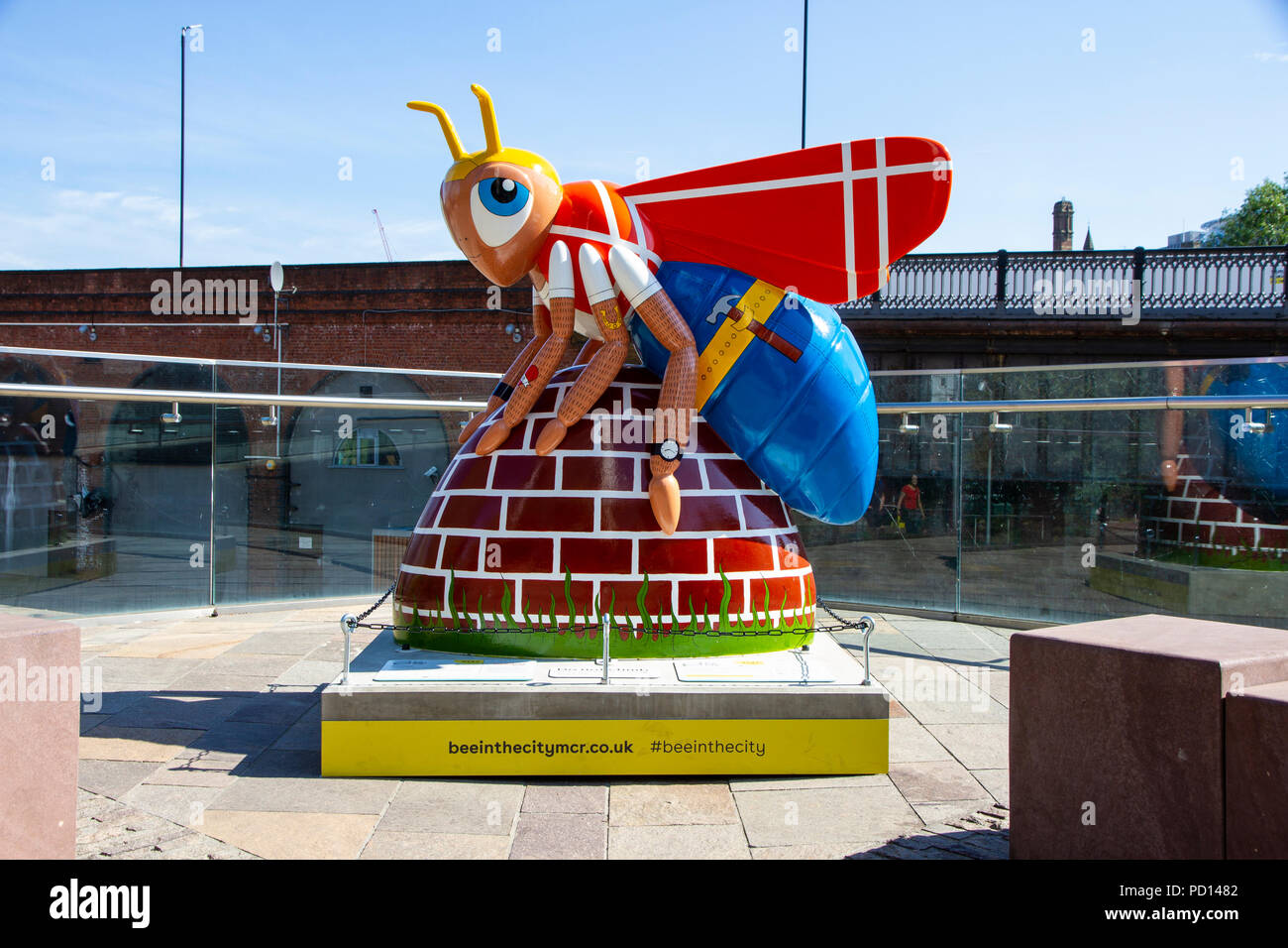 Workee - Nicki McCubbing. Bee in the City, public art event in the City of Manchester. Over 100 bees on a free family fun trail. - Stock Image