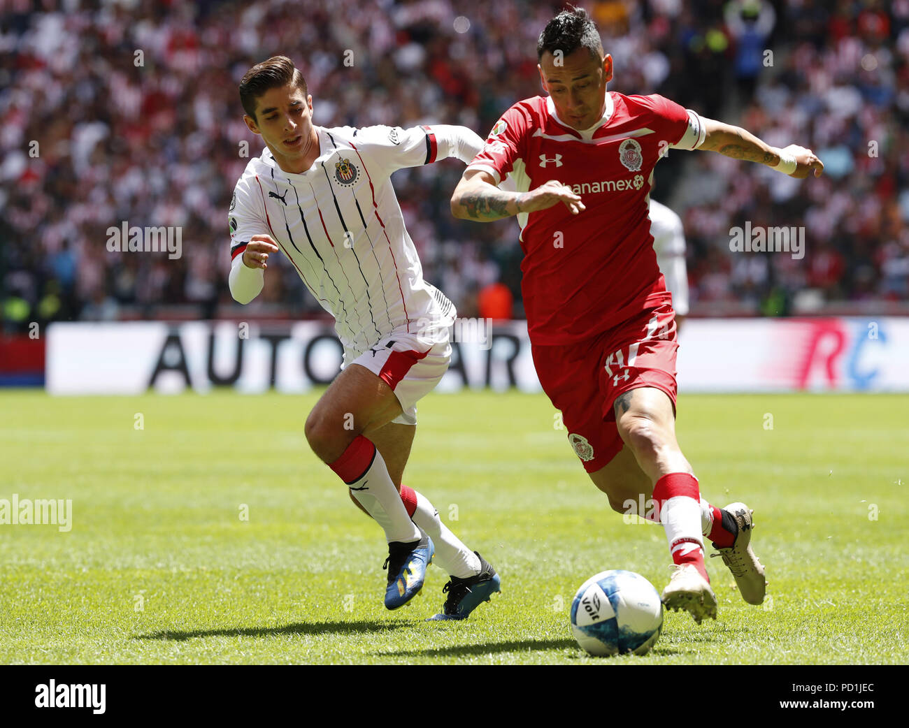 00f40166b70 The player Osvaldo González (R) of Toluca vies for the ball against Isaac  Brizuela