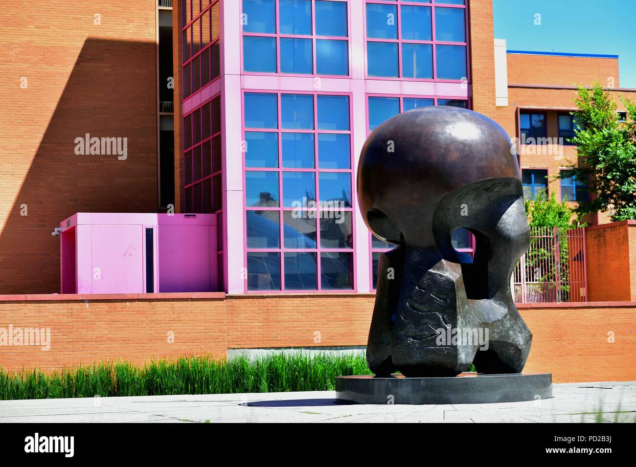 """Chicago, Illinois, USA. The sculpture """"Nuclear Energy"""" by Henry Moore on the campus of the University of Chicago. Stock Photo"""