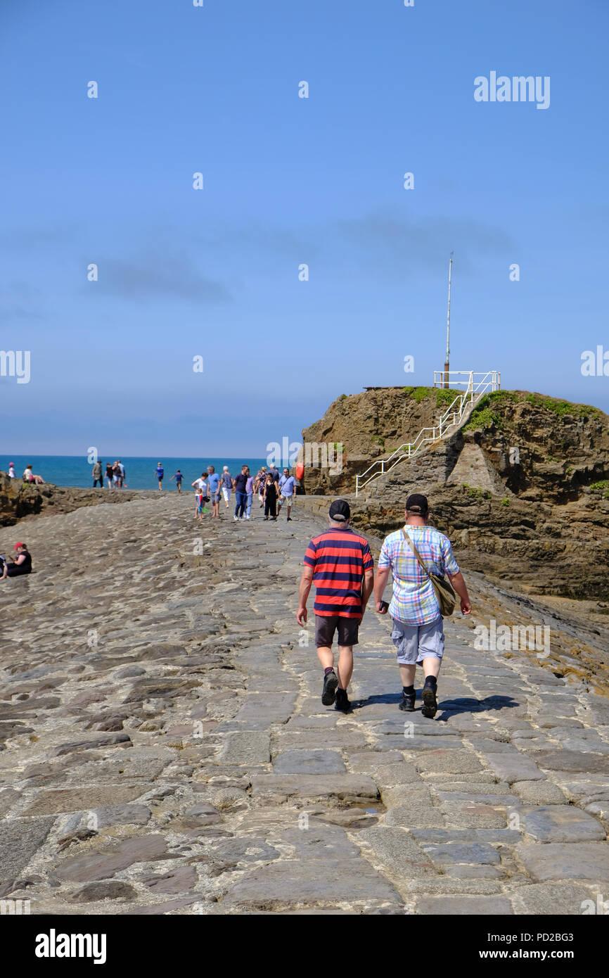 Bude Cornwall Uk Uk Weather Tourists Walk Along The Breakwater Structure Enjoying The Hot Weather