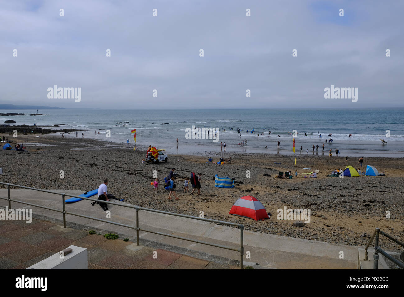 Bude, Cornwall, UK. UK Weather. Holiday makers enjoy the hot weather at Crooklets beach in Bude, UK Stock Photo