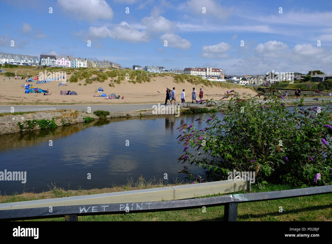 Bude Cornwall Uk Uk Weather Holidaymakers Enjoy The Hot Weather Walking Along The Bude Canal With Summerleaze Beach In The Background