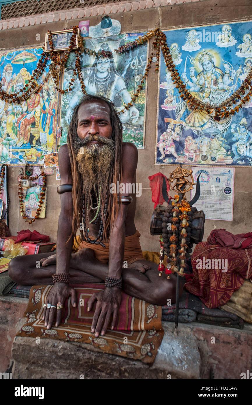 A hindu sadhu (holy man) on the Ganges River ghat of Varanasi, Uttar Pradesh, India - Stock Image