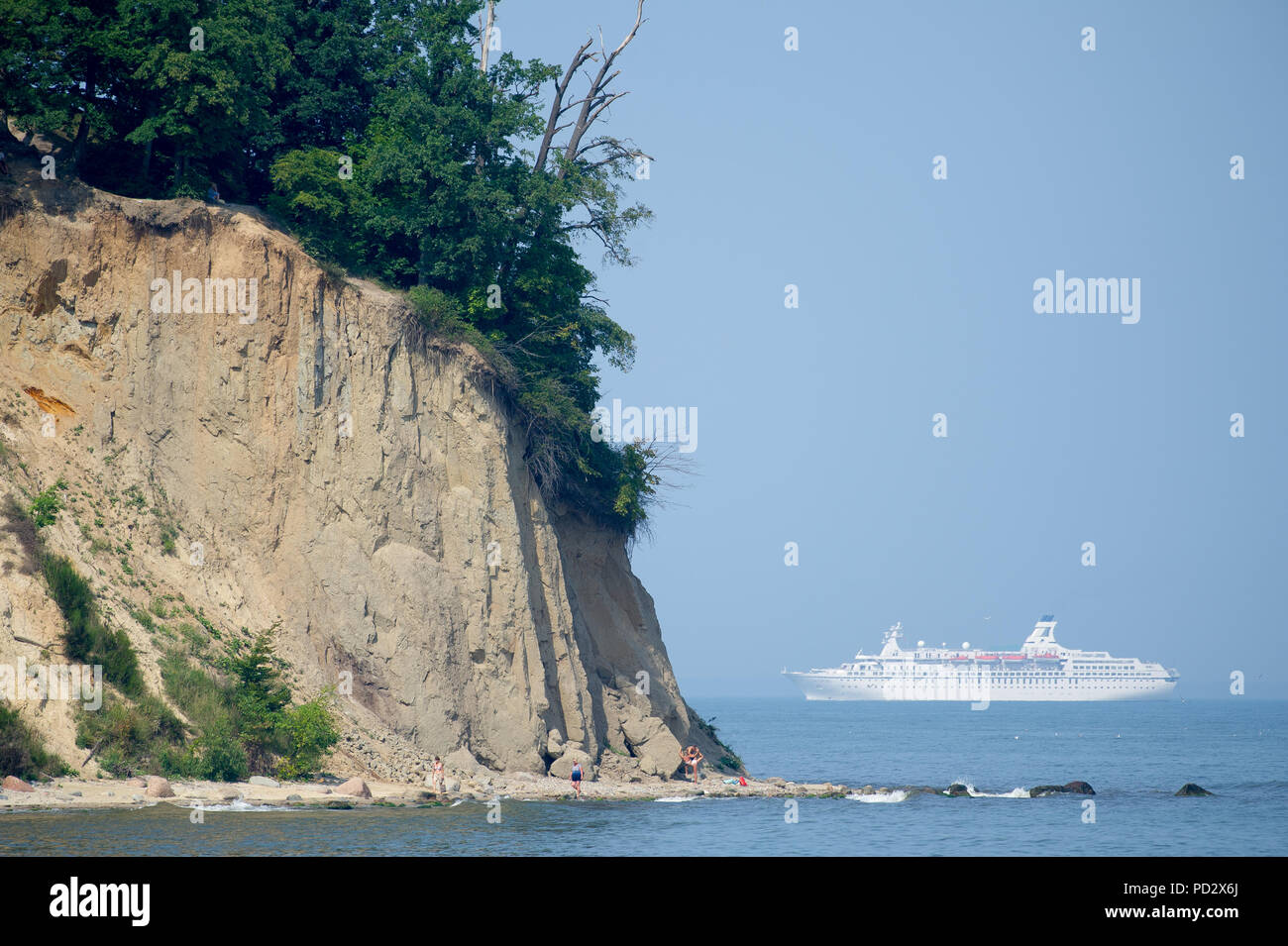 MS Astor cruise ship and cliff in Gdynia Orlowo, Poland. August 1st 2018 © Wojciech Strozyk / Alamy Stock Photo - Stock Image