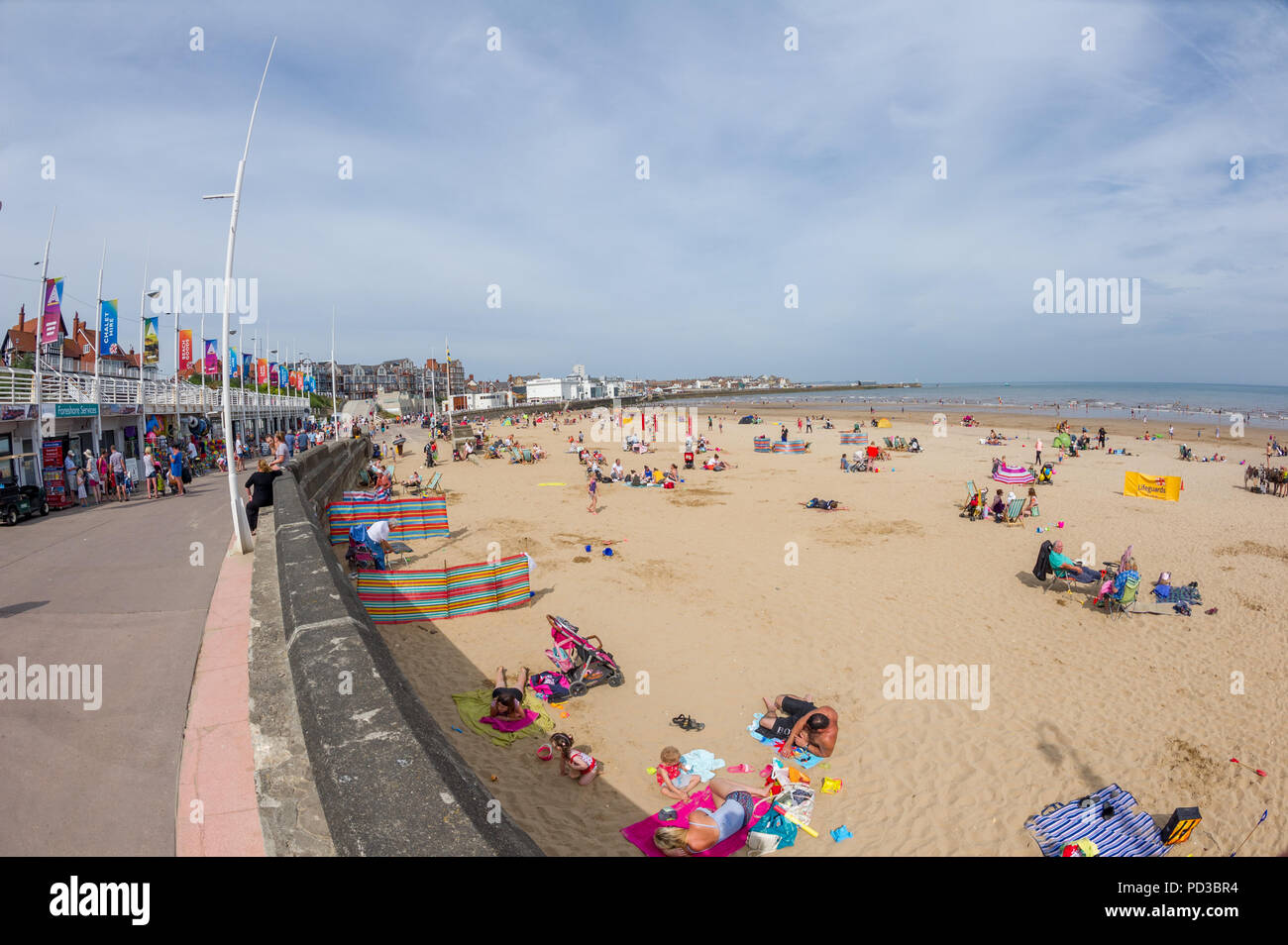 UK. Weather. Bridlington, Yorkshire, England. 6th. August 2018.  Famlies and tourists enjoying continous the hot and sunny weather on the sandy beach at Bridlington on the North sea coast of Yorkshire. Alan Beastall/Alamy Live News - Stock Image