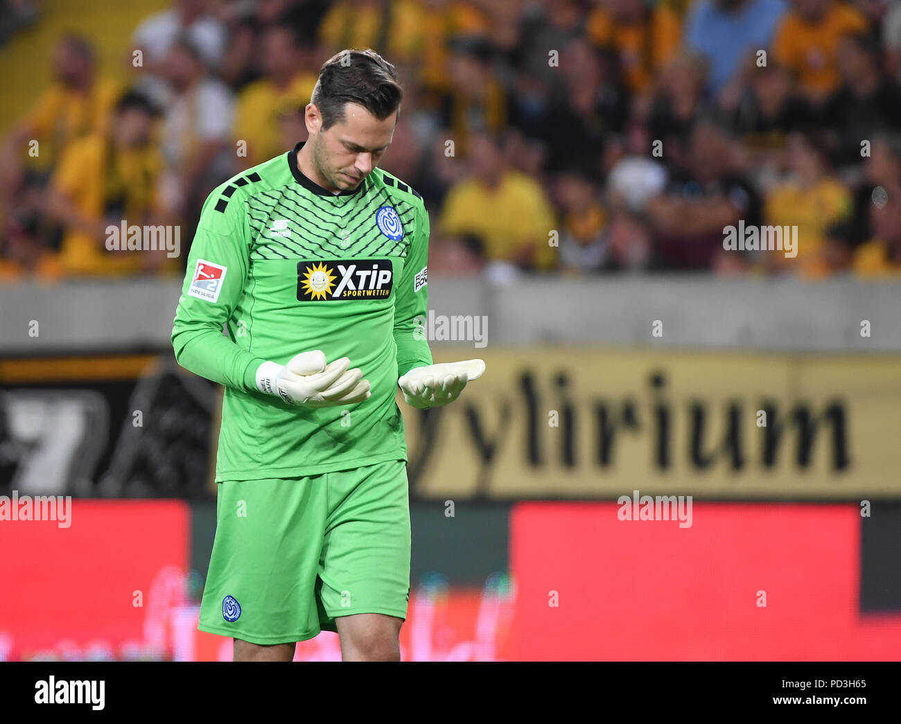 Dresden, Germany. 06th Aug, 2018. 06.08.2018, Saxony, Dresden: Soccer, 2nd Bundesliga, 1st Matchday, Dynamo Dresden vs MSV Duisburg in the DDV Stadium. Duisburg goalkeeper Daniel Davari looks at his hands. IMPORTANT NOTE: DFL regulations prohibit any use of photographs as image sequences and/or quasi-video. Credit: Monika Skolimowska/dpa-Zentralbild/dpa/Alamy Live News - Stock Image