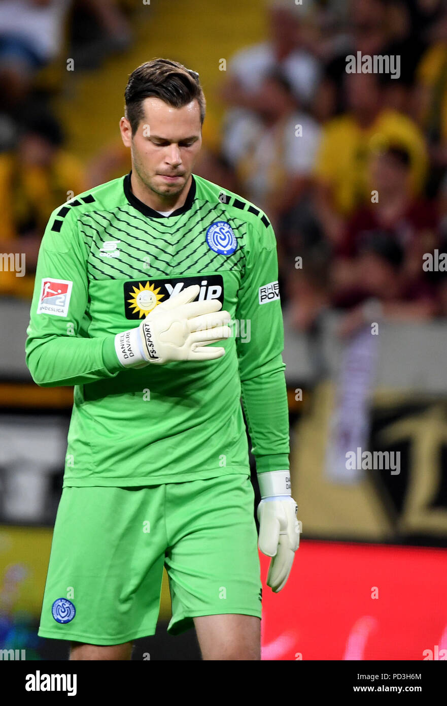 Dresden, Germany. 06th Aug, 2018. 06.08.2018, Saxony, Dresden: Soccer, 2nd Bundesliga, 1st Matchday, Dynamo Dresden vs MSV Duisburg in the DDV Stadium. Duisburg goalkeeper Daniel Davari crosses the pitch. IMPORTANT NOTE: DFL regulations prohibit any use of photographs as image sequences and/or quasi-video. Credit: Monika Skolimowska/dpa-Zentralbild/dpa/Alamy Live News - Stock Image