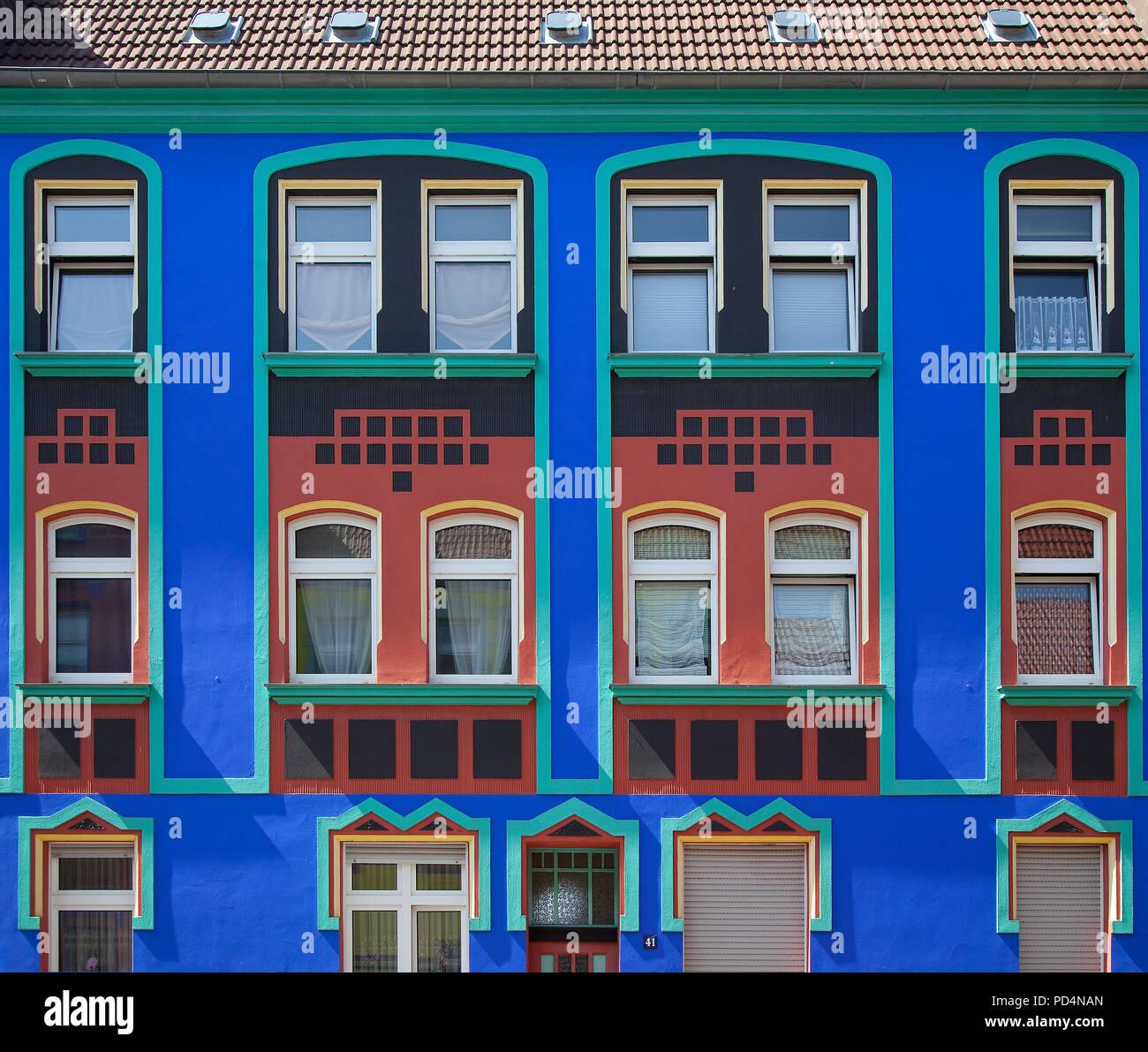 Magdeburg Otto-Richter-Straße 41 um 1910 erbaut farbig umgestaltet ab 1921 v Bruno Taut u Carl Krayl Fassadenrekonstruktion c a 2005-15 - Stock Image