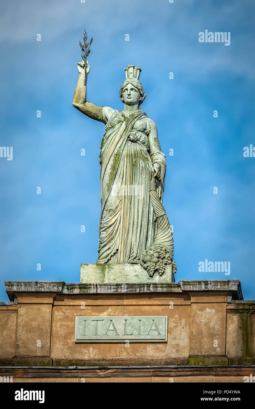 The Italia statue by Alexander Stoddart on top of the Italian Centre in the Merchant City area of Glasgow, Scotland. - Stock Image