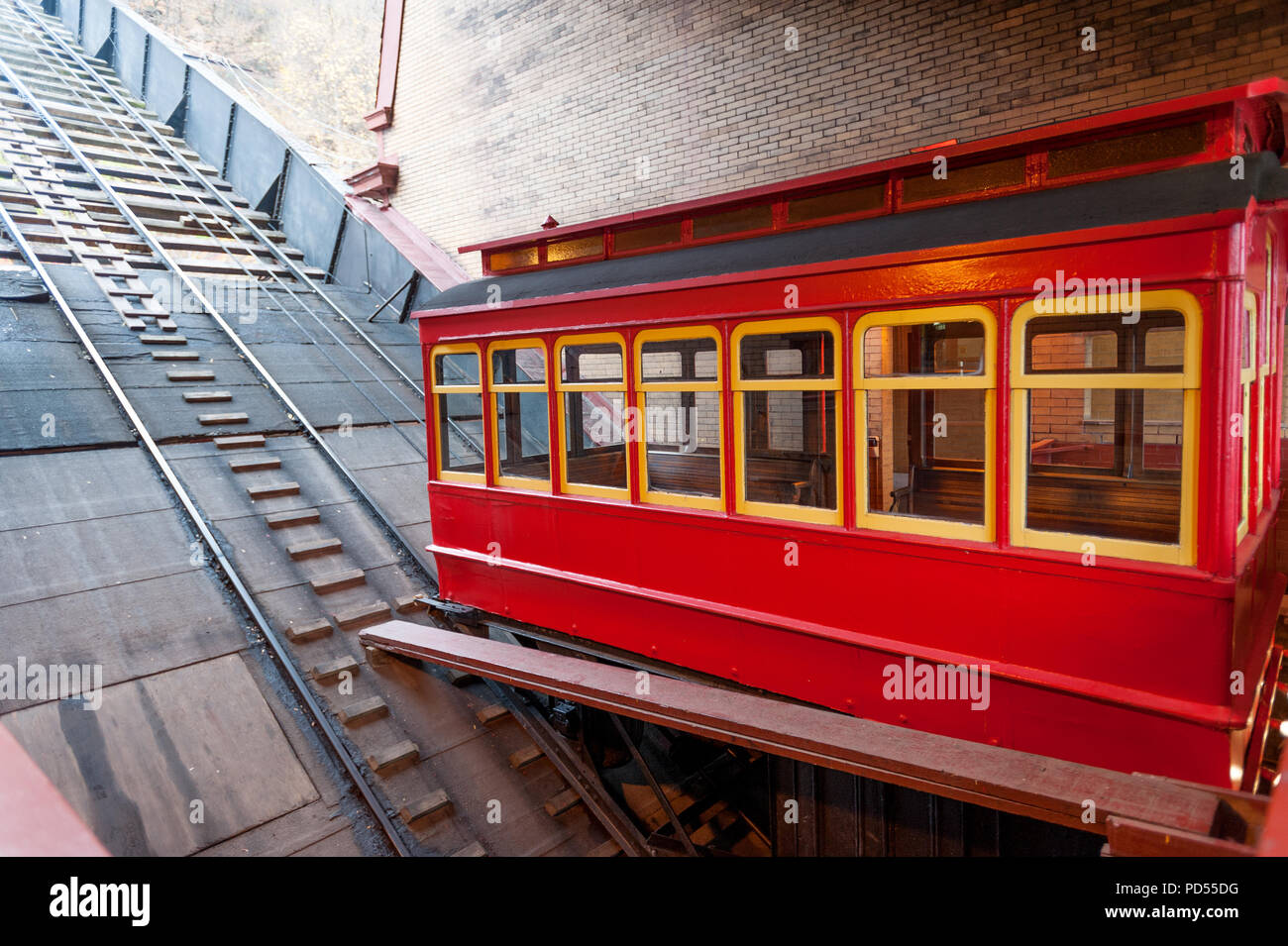 Restored red Duquesne Incline car on the platform of lower station, Pittsburgh - Stock Image