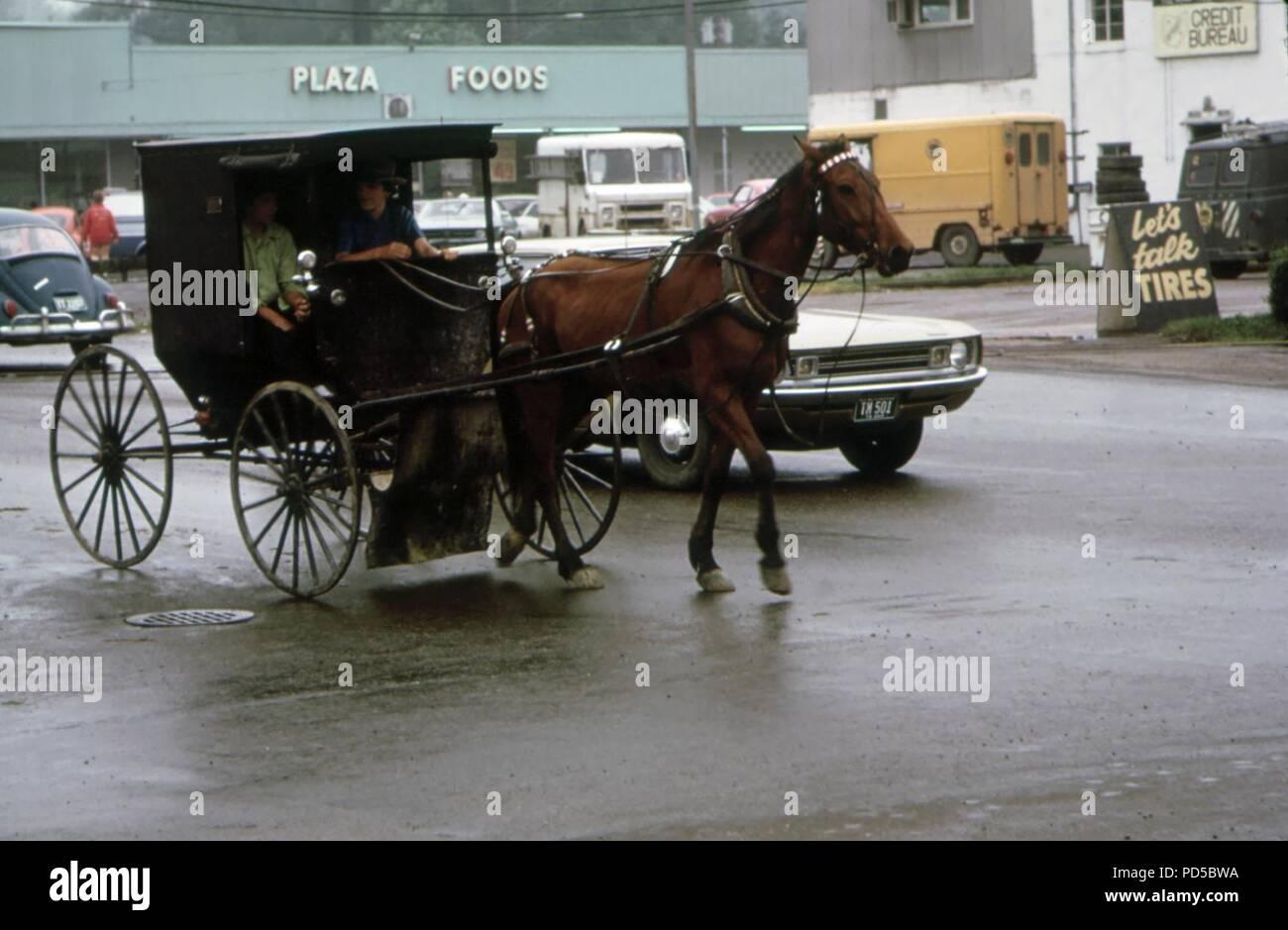 Amische Kutscher in Downtown Middlefield 06-1973. Stock Photo
