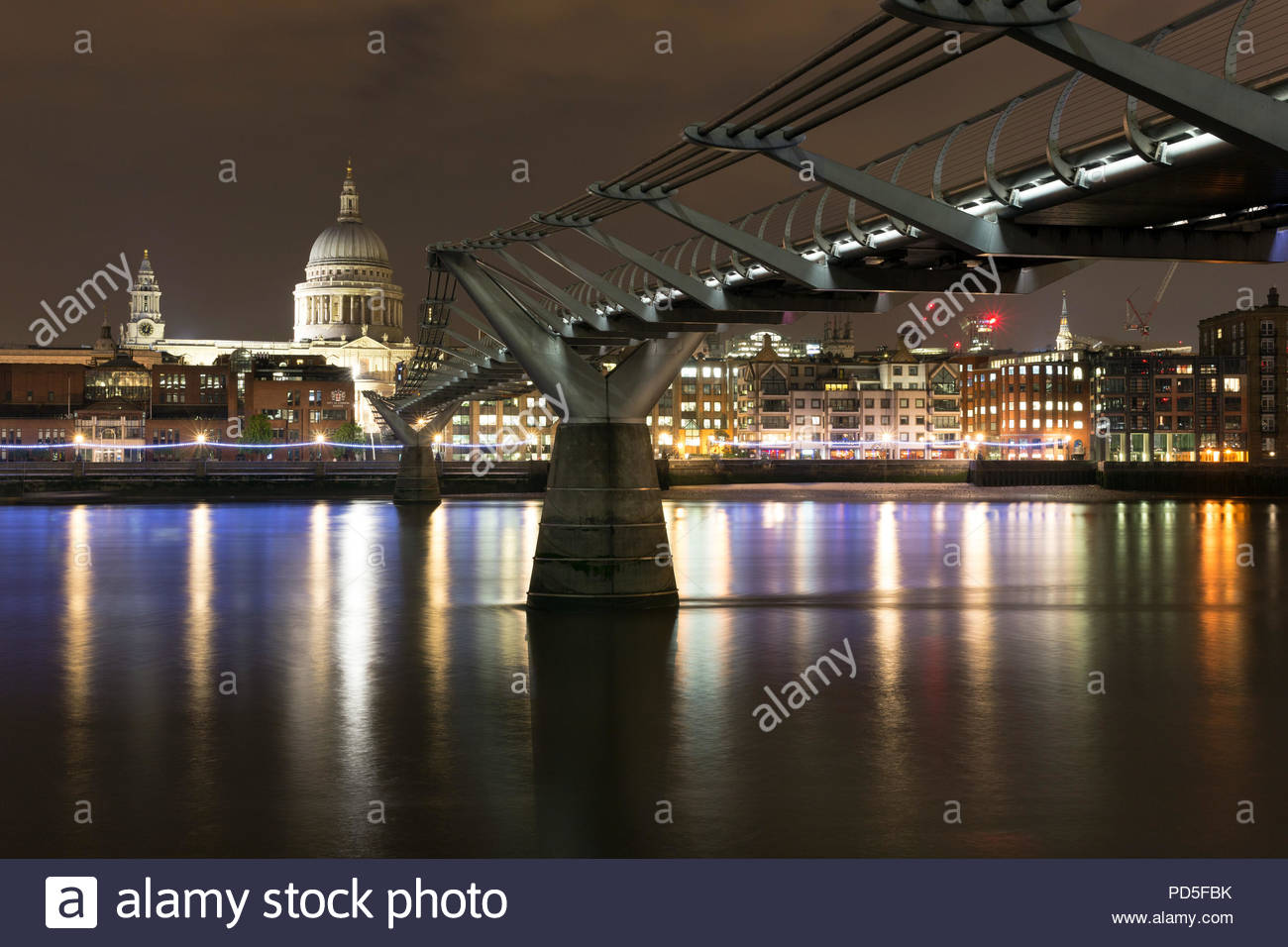 The London Millennium Footbridge over the River Thames at night - Stock Image