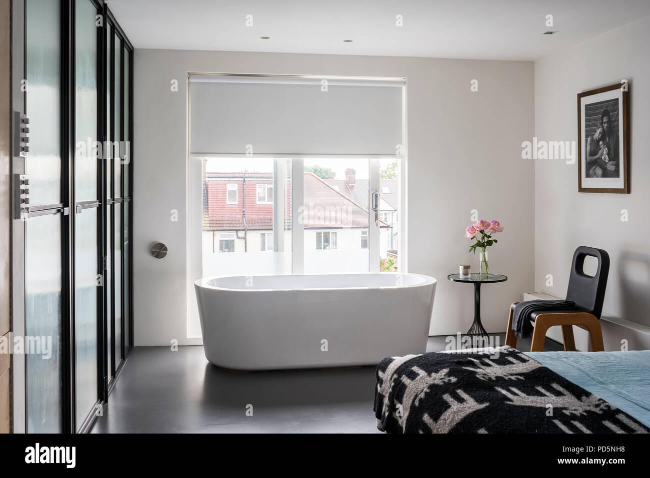 Bath tub in minimal bedroom - Stock Image