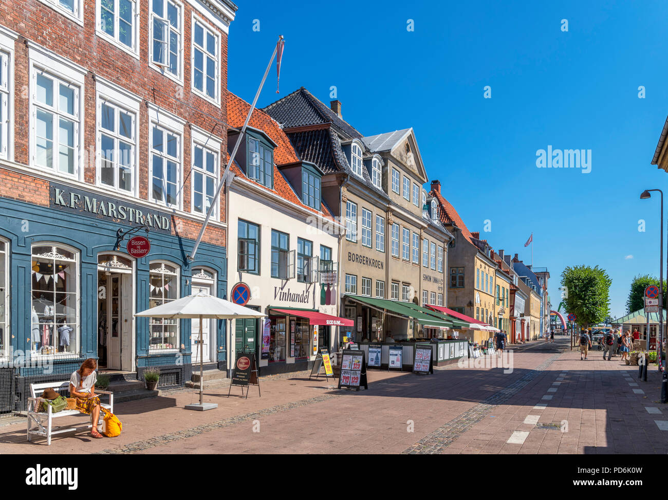 Shops and cafes on Strandgade in the old town centre, Helsingør ( Elsinore ), Zealand, Denmark - Stock Image