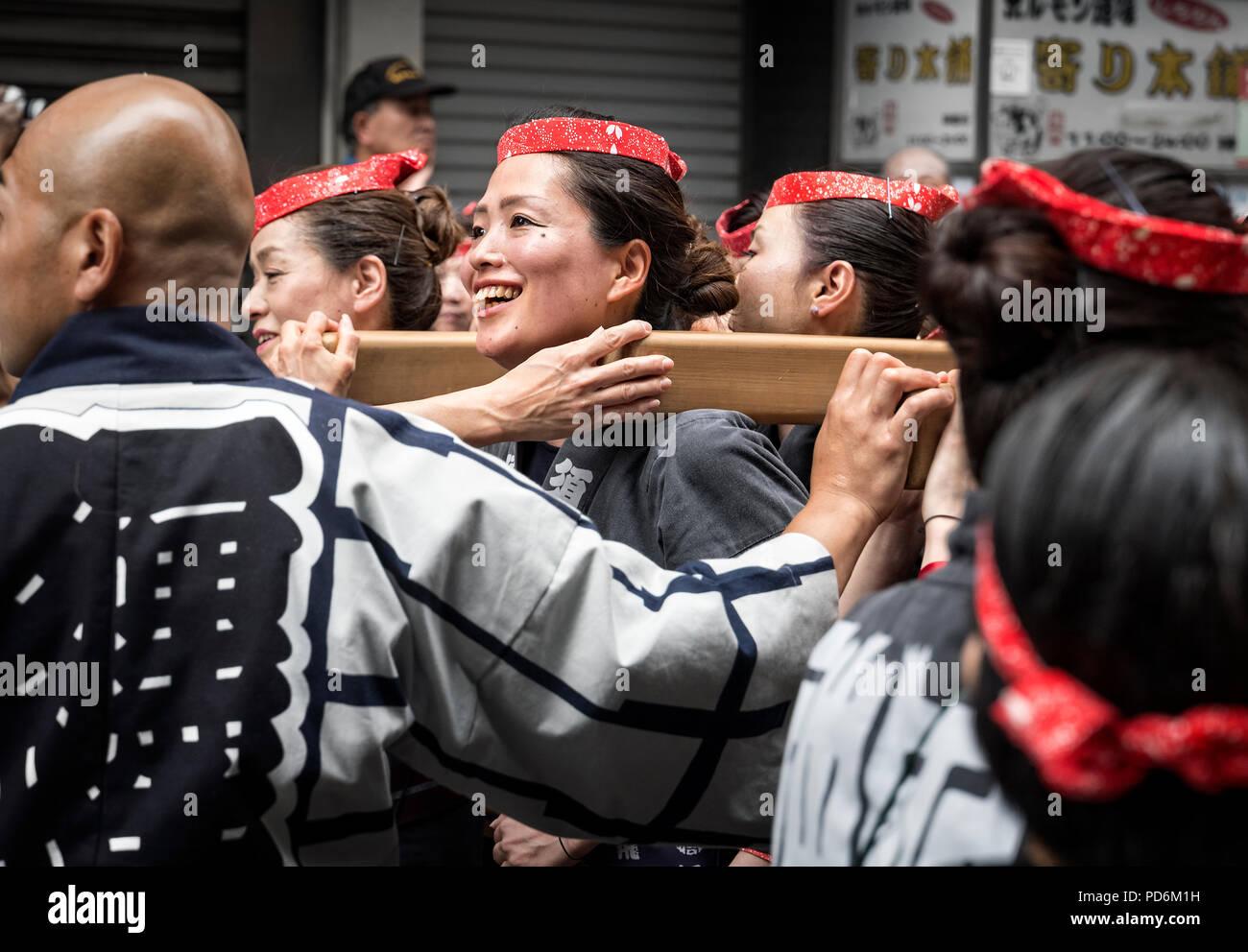 Japan, Honshu island, Kanto, Tokyo, the Kanda Matsuri, women carrying a mikoshi. - Stock Image