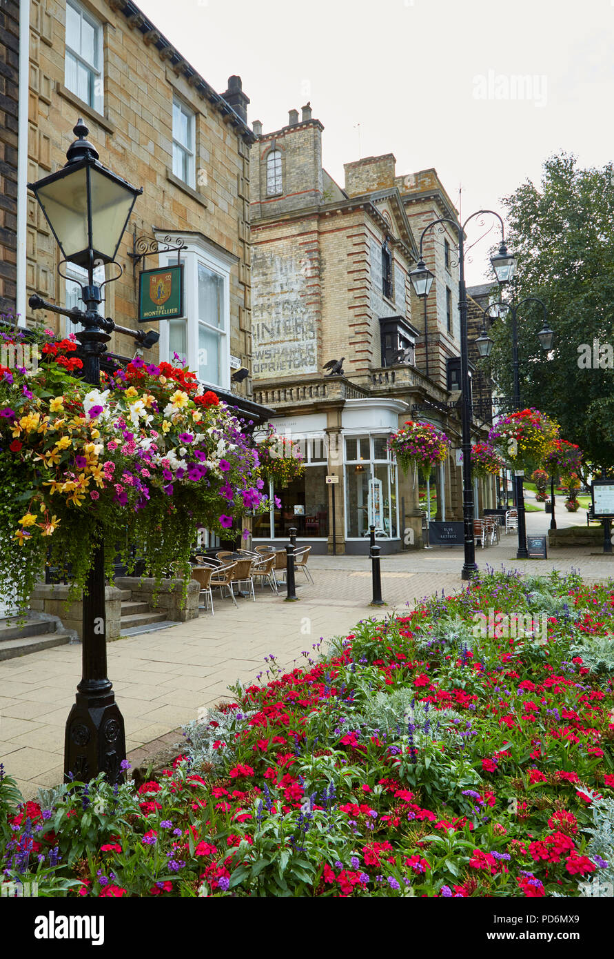 Montpellier Quarter, Harrogate with cast iron street lamps and charming floral hanging baskets in a chic, cosmopolitan shopping area. - Stock Image