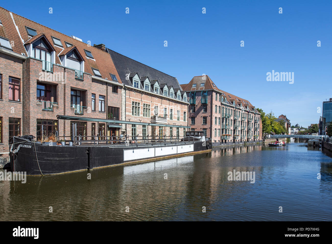 Tavern / restaurant De Kraanbrug and inland waterway vessel Dijlemeeuw on the river Dijle in the city Mechelen / Malines, Antwerp, Flanders, Belgium - Stock Image