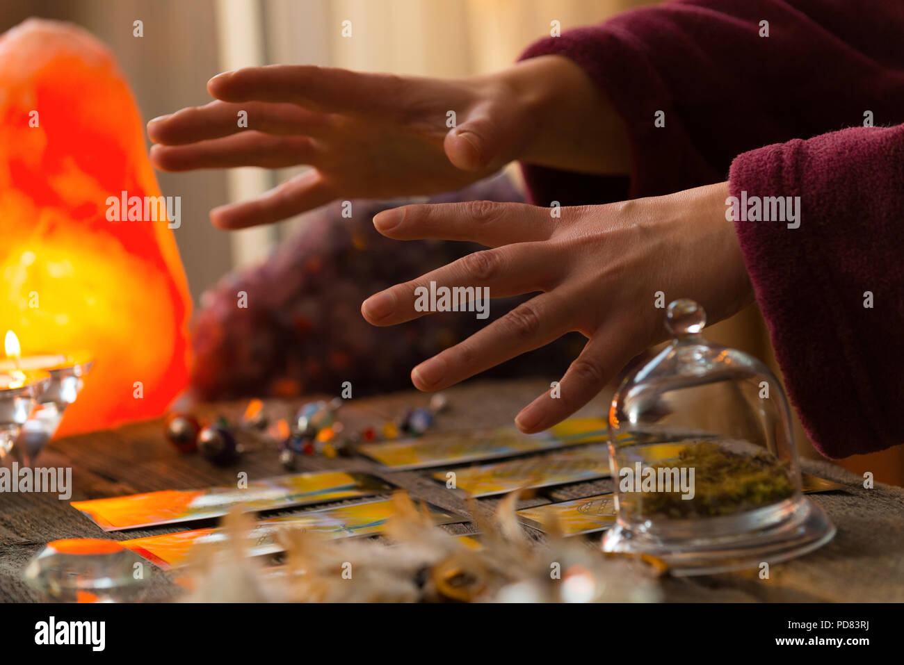 Fortune teller hands over tarot cards - Stock Image