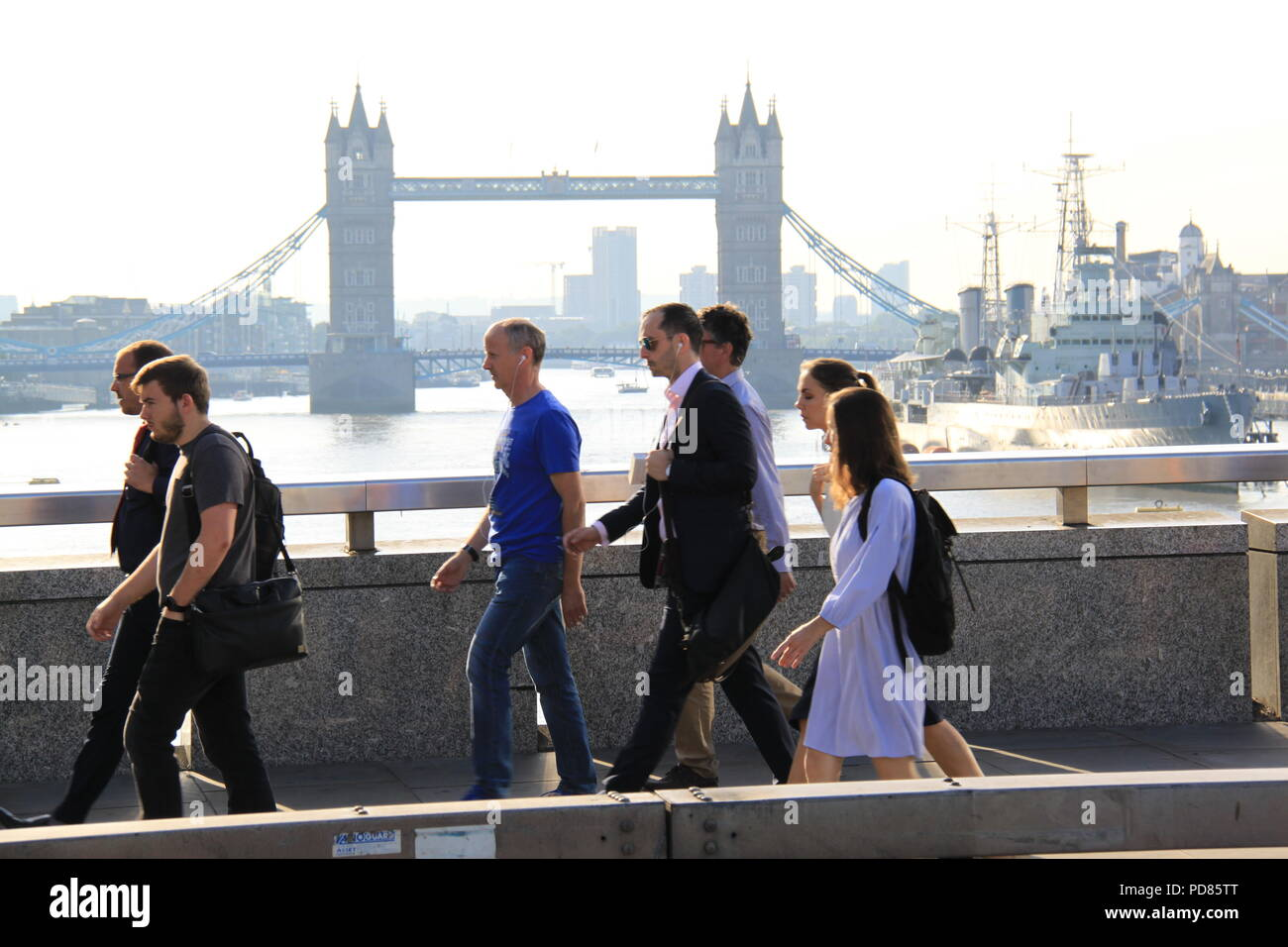 London Bridge, London, UK. 7th August 2018. UK Weather: On a another day expected to be 33C, office workers walk to work into the city of London across London Bridge. Credit: PETER GRANT/Alamy Live News. - Stock Image