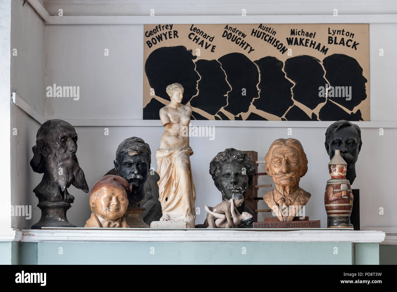 Plaster busts of eminent past Sketch Club members - Stock Image