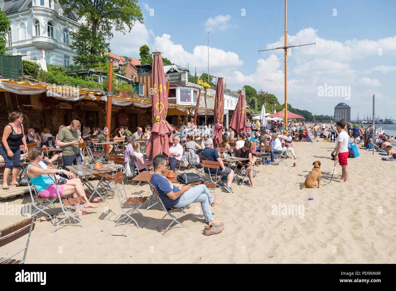 Many people in the restaurant on Elbe beach, beach bar Strandperle, Övelgönne, Elbe, Altona, Hamburg, Germany - Stock Image