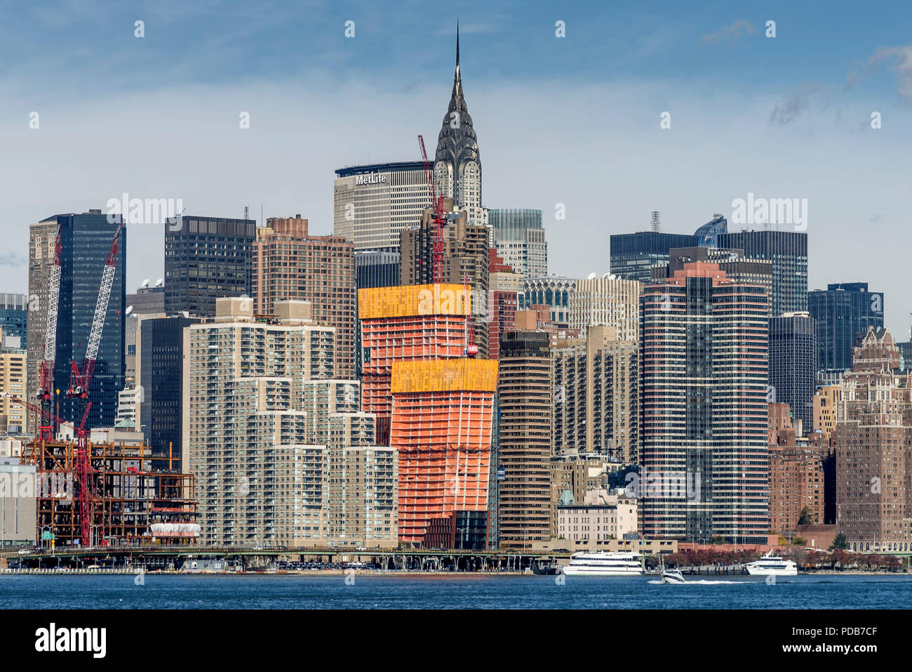 29-10-15, New York, USA. Construction work in Manhattan as seen from the East River ferry pier in Greenpoint, Brooklyn.  Photo: © Simon Grosset - Stock Image