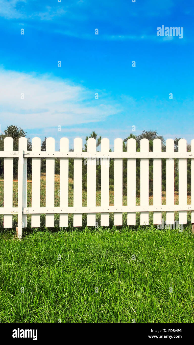 Cloture En Bois Blanc hedge wooden fence fencing stock photos & hedge wooden fence