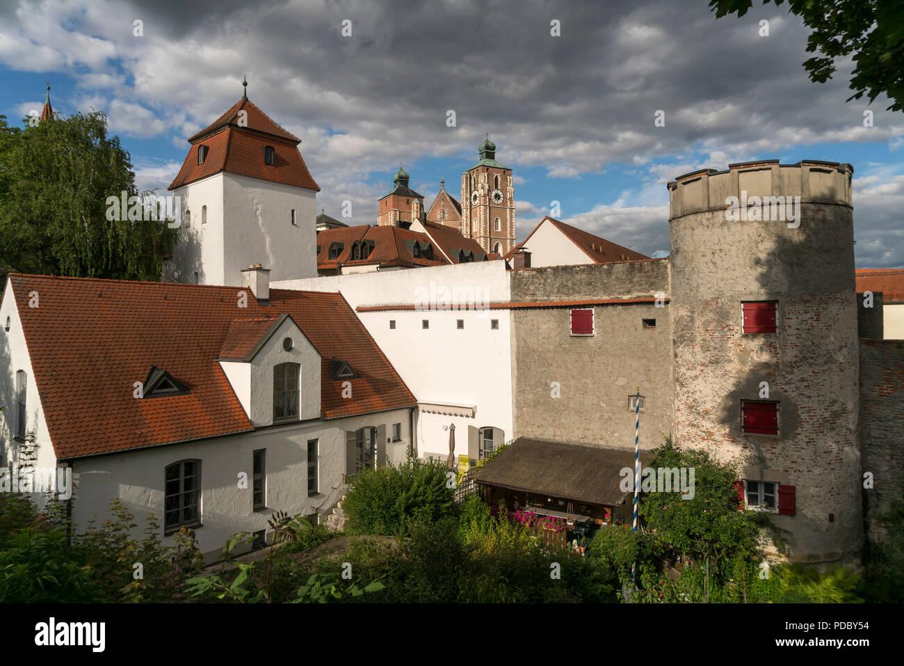 Türme der Stadtmauer und Liebfrauenmünster, Ingolstadt, Oberbayern, Bayern, Deutschland | city wall tower and Liebfrauenmünster, Ingolstadt, Upper Bav - Stock Image