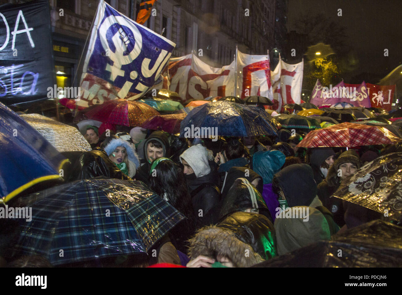 Buenos Aires, Federal Capital, Argentina. 9th Aug, 2018. In the vicinity of the Congress of the Argentine Nation thousands of people gathered and remained patient waiting for the vote of the Senate for or against the Law for Legal and Free Abortion, regardless of the inclement weather conditions. Credit: Roberto Almeida Aveledo/ZUMA Wire/Alamy Live News - Stock Image