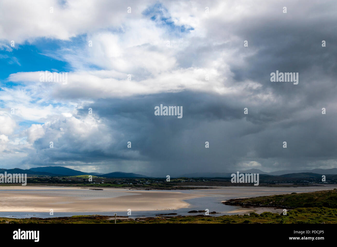 Ardara, County Donegal, Ireland weather. 9th August 2018. Rain showers move across the landscape on the north-west coast. Credit: Richard Wayman/Alamy Live News Stock Photo