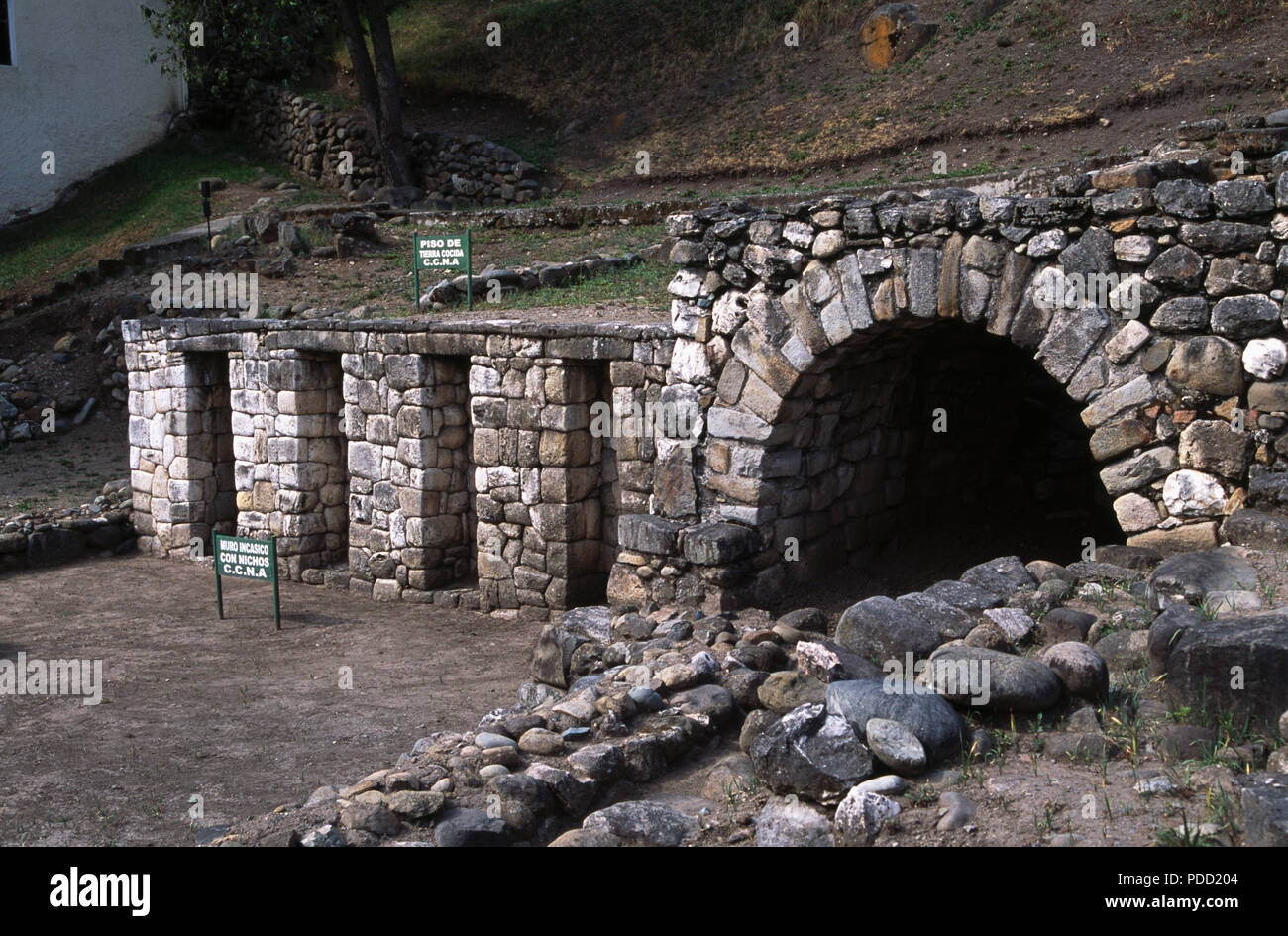 Inca ruins with trapezoidal niches between Avenida Todos Santos and the Rio Tomebamba in Cuenca, Ecuador - Stock Image
