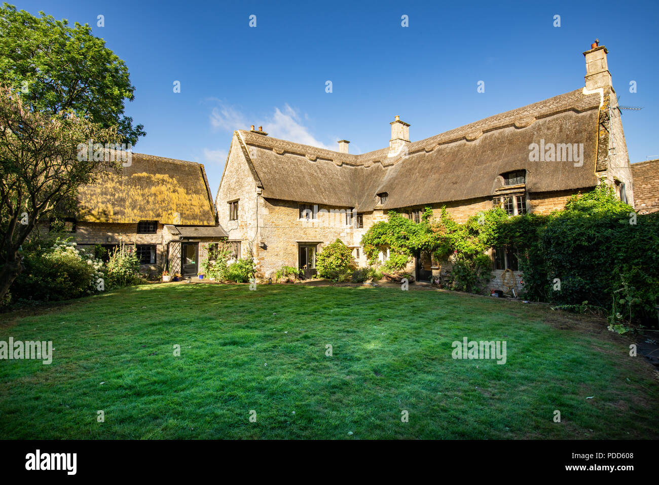 Country cottage in Gretton, Rutland, England during summer - Stock Image