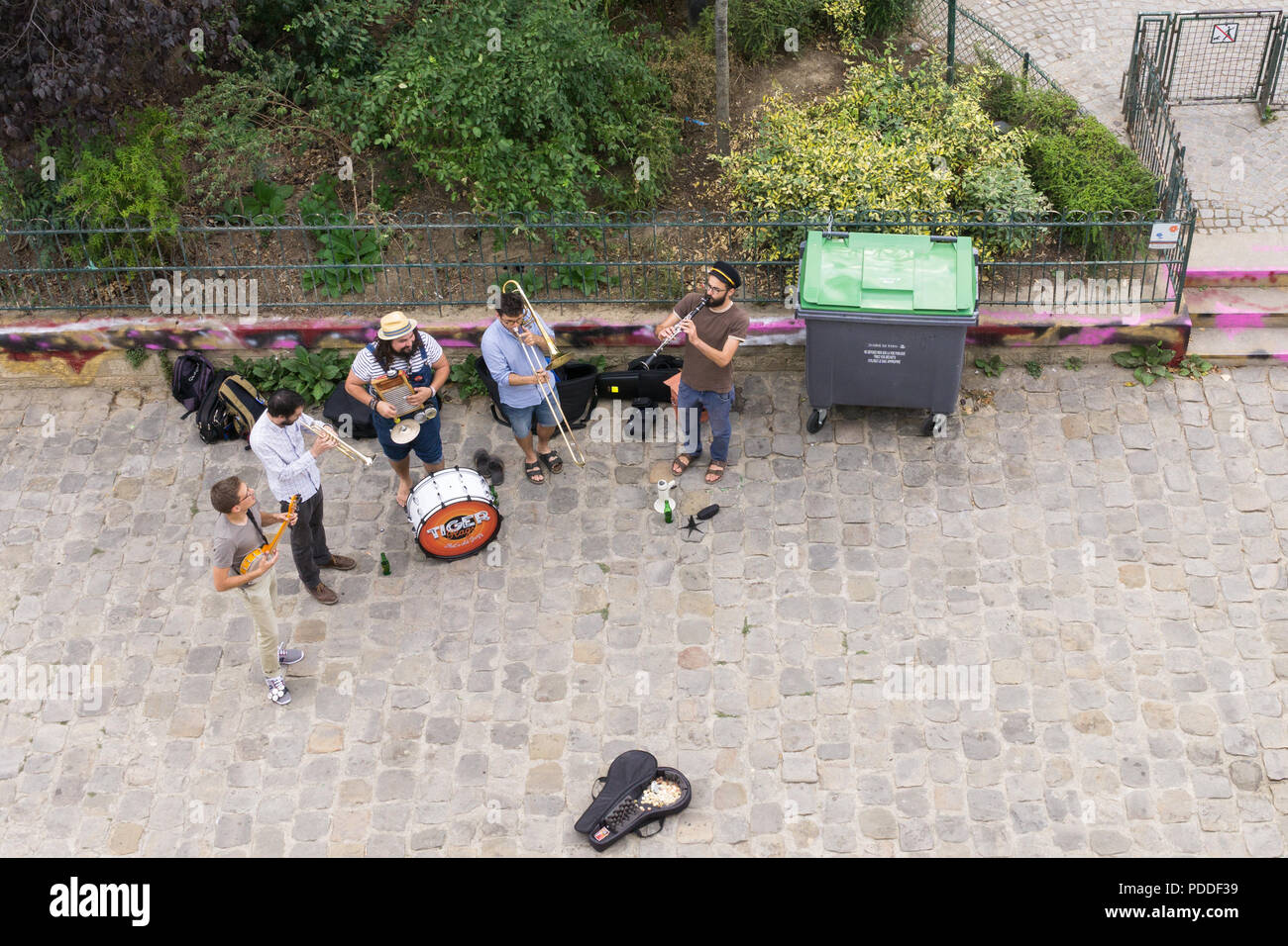 Street musicians playing under the Pont Neuf bridge in Paris, France. - Stock Image