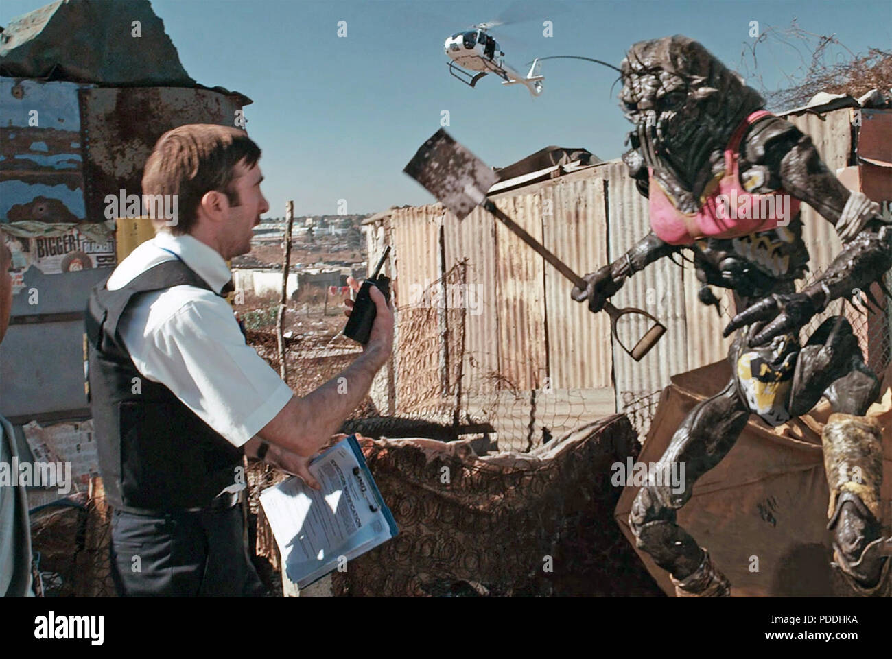 DISTRICT 9  2009 TriStar Pictures film with Sharito Copley at left - Stock Image